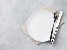 お皿の上にフォークとナイフ